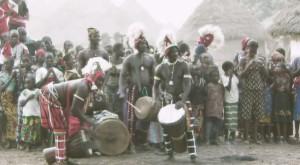 mansa-camio-met-een-djembe-ensemble-uit-baro-guinee